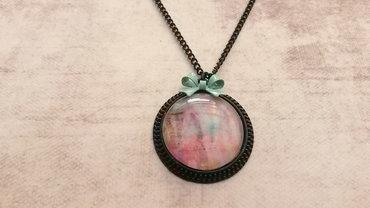 Handgemaakte zwarte ketting met medaillon bedrukt met artistiek zeegroene tinten